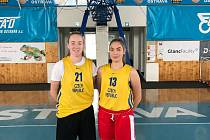Bývalé odchovankyně strakonického basketbalu Ludmila Dudáčková (č. 13) a Barbora Holubová (č. 21, rodačka z Klatov).