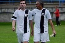 Volyně v Kestřanech vedla gólem Jiřího Němečka staršího (na snímku vpravo se synem Jiřím), ale nakonec si odvezla jen bod za remízu 1:1.