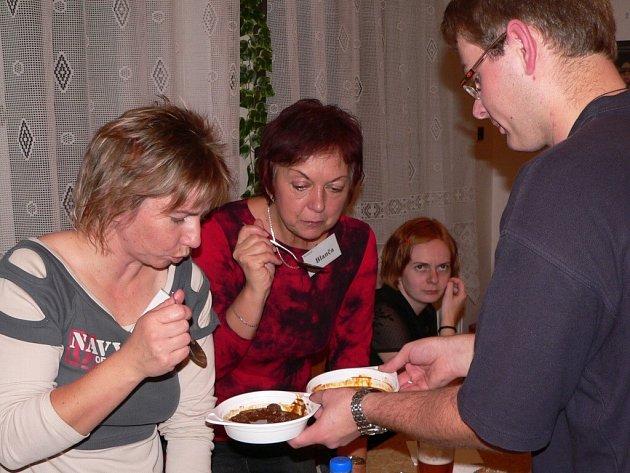 Na snímku jsou při posledním ochutnávání zleva Petra Vognárová a Blanka Šímová.