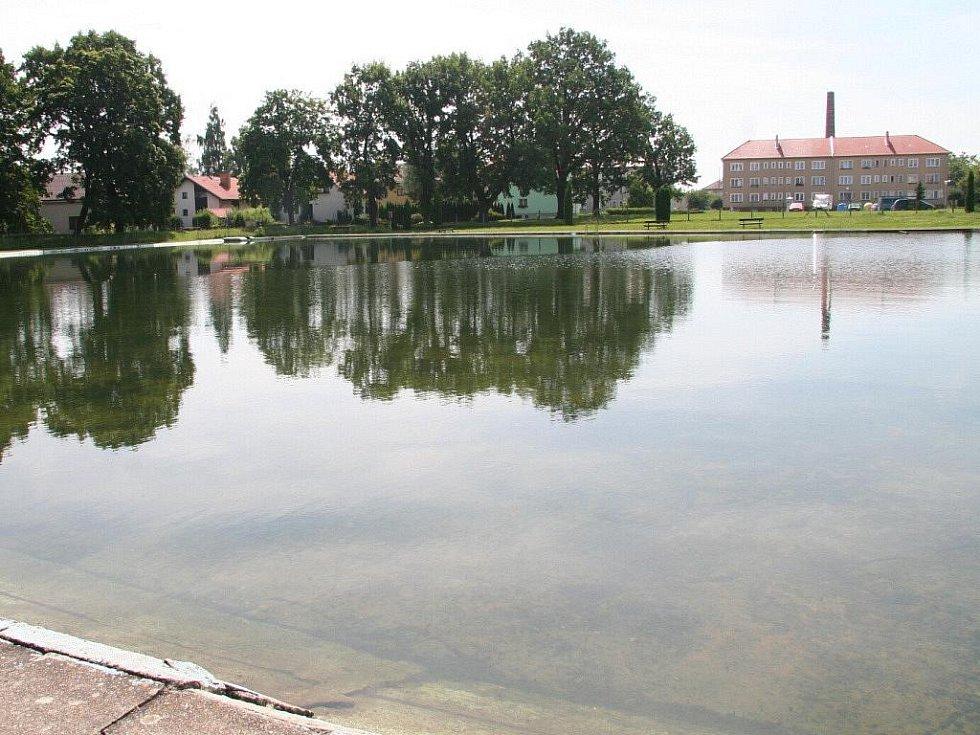 Přírodní koupaliště uprostřed vodňanského sídliště Škorna.