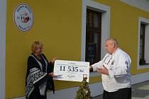 Ředitelka Oblastní charity Strakonice Olga Medlínová převzala darovací šek od šéfkuchaře Martina Jiskry ze Zájezdního hostince U Jiskrů.
