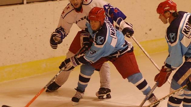 Hokejisté Katovic předvedli proti Horažďovicím parádní obrat, z 1:3 na konečných 9:4 (vlevo je horažďovický Sýkora v souboji s Novotným).