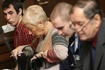 Z několika trestných činů jsou obžalováni zleva Lukáš Vorobeľ a Martin Vachta. Vorobeľ se měl dokonce dopustit pokusu vraždy.