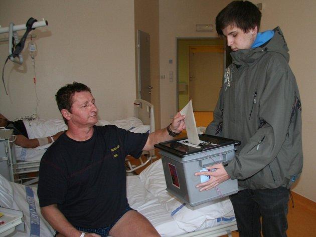 Řidič kamionu Miloslav Kučera z Vimperka volil ve strakonické nemocnici.