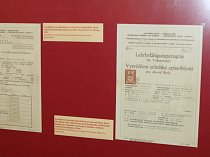 Vysvědčení v proměnách času mohou vidět návštěvníci ve vstupní hale Šmidingerovy knihovny ve Strakonicích.