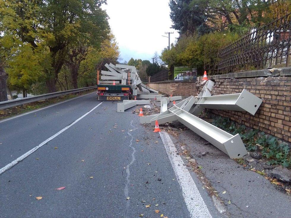 Vysypaný náklad zablokoval komunikaci ve Lnářích.