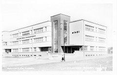 Budova školy v době, kdy nesla název Obecné školy Masarykovy