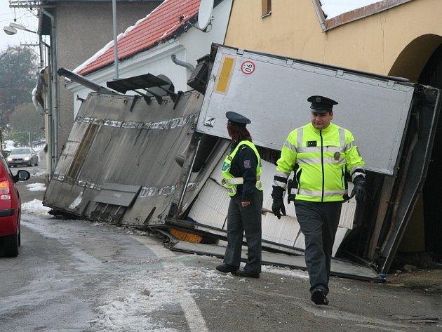 Loni nezvládl zatáčku kamion naložený buničinou.