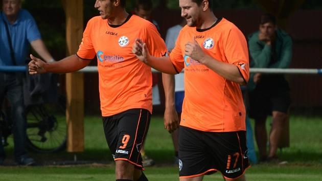 Katovice vyhrály na hřišti Hradiště 3:2. Do vedení poslal hosty Petr Hovorka (vlevo), na 2:2 pak vyrovnával Libor Horejš (vpravo). Rozhodující gól si dali domácí sami.