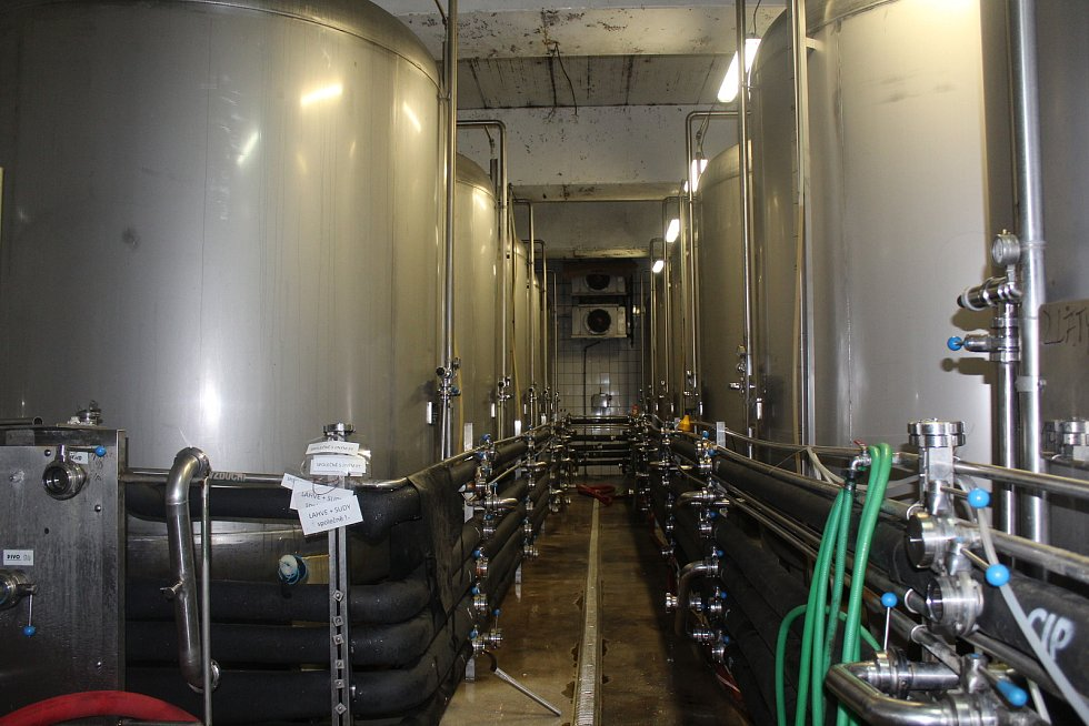 Na přetlačných tancích skladuje Dudák nafiltrované pivo před stáčením. Nyní při častějším stáčení je využitých již všech 12 přetlačných tanků, přes zimu vystačil pivovar s 5 až 6 tanky.