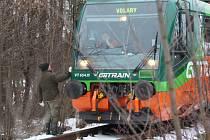 Vlak na Volary zůstal stát těsně před obcí Přední Zborovice.