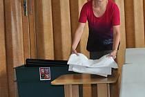Alena Chalupská měla na starosti přípravu volební místnosti