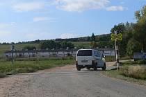 Železniční přejezd u obce Pražák.