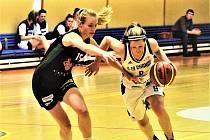 PROHRÁLY. Na snímku z utkání proti jinému brněnskému týmu uniká strakonická Kristýna Tomšovicová (vpravo) hráčce Žabin Beátě Adamcové.