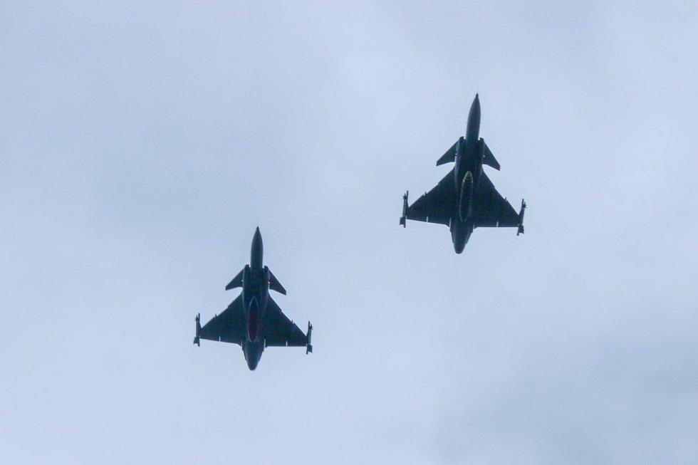Slavnostní atmosféru umocnil průlet bojových letounů JAS-39 Gripen.