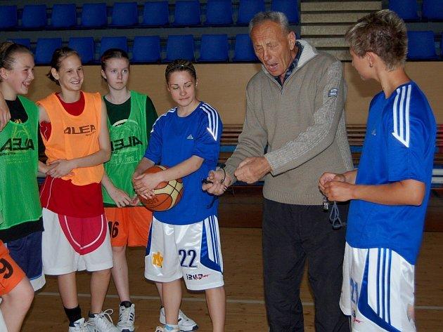Do tréninku žákyň se zapojují i hráčky A-týmu žen BK Strakonice.