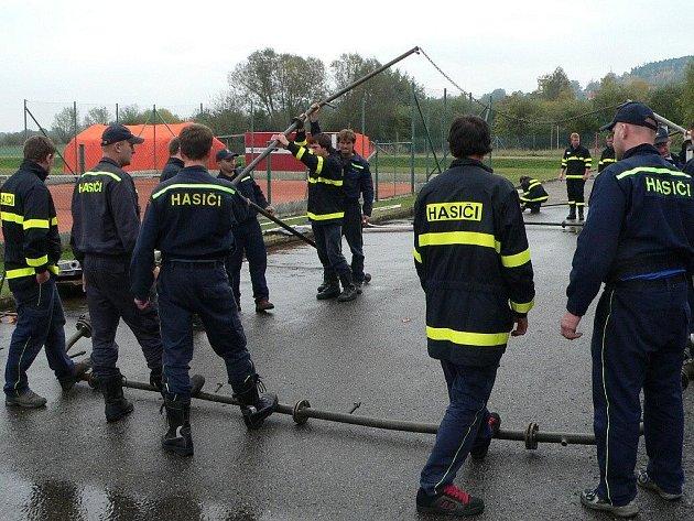 Dobrovolní hasiči stavěli i dekontaminační sprchu.