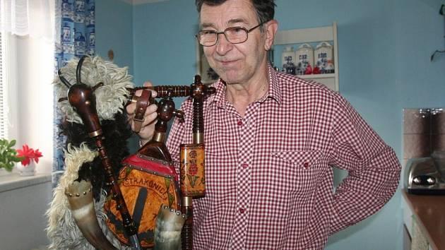 Jaroslav Vehrle se věnuje výrobě a opravám dud od roku 1975. Byl blízkým přítelem Josefa Režného.  Foto: