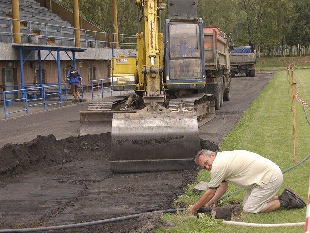 Letitou škvárovou dráhu na stadionu na Sídlišti ve Strakonicích nahradí atletický ovál s umělým povrchem.