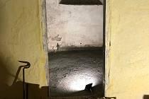 Vchod do tajemné místnosti fary těsně po otevření