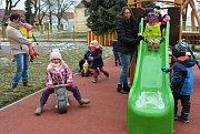 Na novém hřišti se děti zahřejí i když teploty se venku pohybují kolem nuly.
