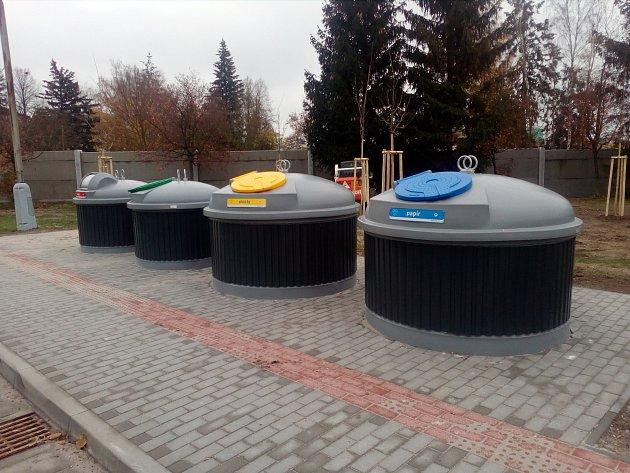 Polopodzemní kontejnery ve Strakonicích.