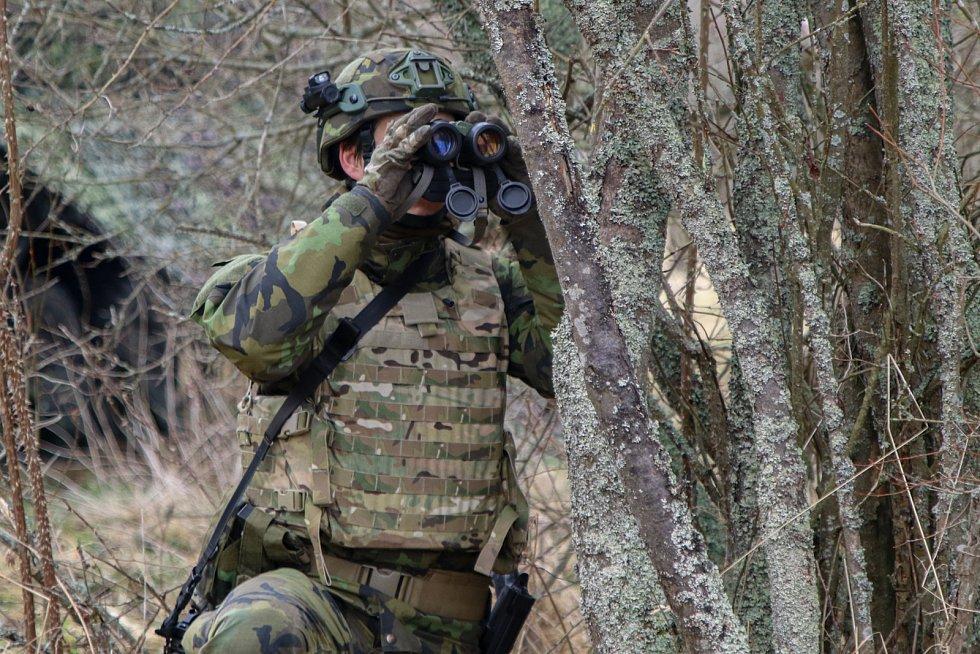 Monitorování situace v okolí palebného postavení jednotky.