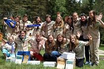 Vítězná družina z Volyně spolu s vítěznou družinou skautek z Třeboně.