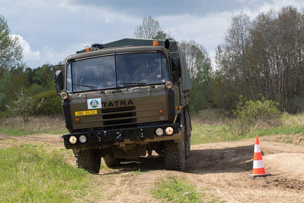 Strakonický 25. protiletadlový raketový pluk má dvanáct nových řidičů nákladních vozidel.
