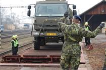 Vojáci nakládali techniku na třech stanovištích. Na snímku nakládají kolovou techniku z boční rampy na vagón. Na zbylých dvou stanovištích nakládali z čelních ramp kolovou i pásovou techniku.