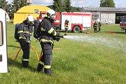 """Téměř sedm desítek hasičů, policistů, záchranářů či pracovníků letiště se ve středu 7. června v dopoledních hodinách zapojilo do taktického cvičení """"Letadlo 2017""""."""