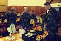 Obrazem: Strakonice - Vojáci při práci ke zkouškám.
