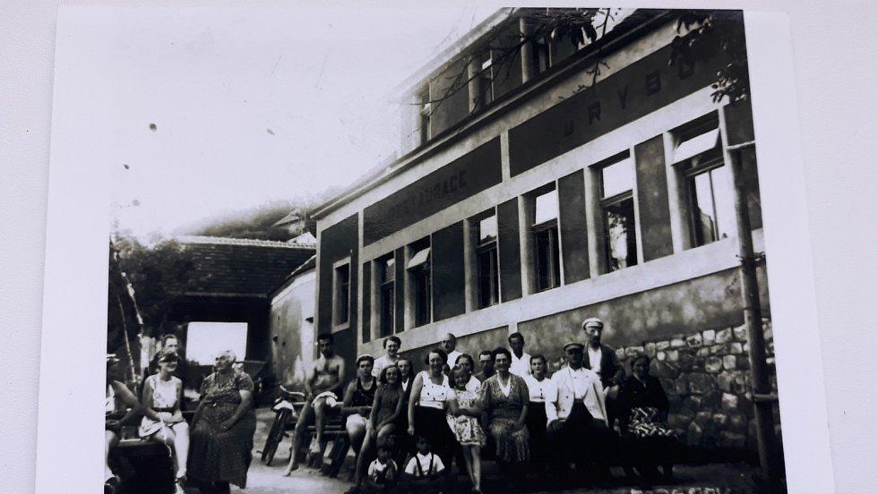 Chatařství u Boršova nad Vltavou: Restaurace U Rybů nepřežila časy normalizace, dnes je znovu otevřená.