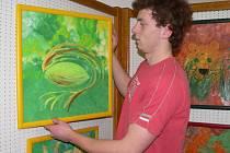 Výstavu na snímku upravuje Matěj Šmíd  z Muzeua a galerie ve Vodňanech.