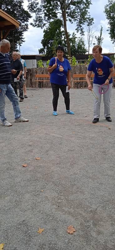 Senioři si sportovní hry užívali.