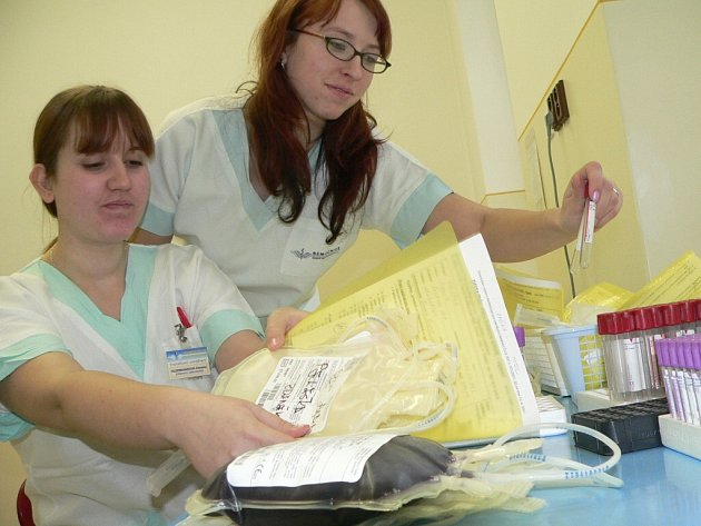 Na snímku jsou laborantky Zdravka Kleinmannová a Jana Sulková.