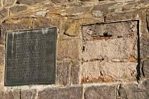 Kdosi ukradl bronzovou desku popisující vznik mohyly.