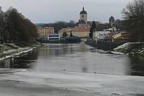 Mnozí pamatují, kam až voda sahala při velké vodě v roce 2002. Připravovaná protipovodňová opatření by v těchto místech měla navýšit oba břehy.