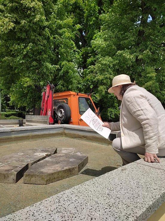 Zpívající fontánu už nainstalovali ve Vodňanech. Dohlížela sama autorka Ellen Jilemnická.