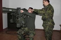 Rotmistr Pavel Zelenka (vpravo) vysvětlil četaři Vilému Hanušovi, jak má na trenažéru protiletadlového kompletu RBS-70 zachytávat cíle.