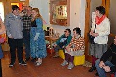 Klienti  Domova sv. Linharta v Chelčicích vystavují své obrazy v Městské knihovně v Písku