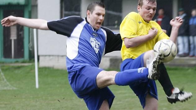 Fotbalisté Pracejovic doma na jaře poprvé vyhráli, když Lnáře porazili 3:0. Na snímku zleva bojují Tomáš Prokopec (Pracejovice) a Ondřej Sedláček.
