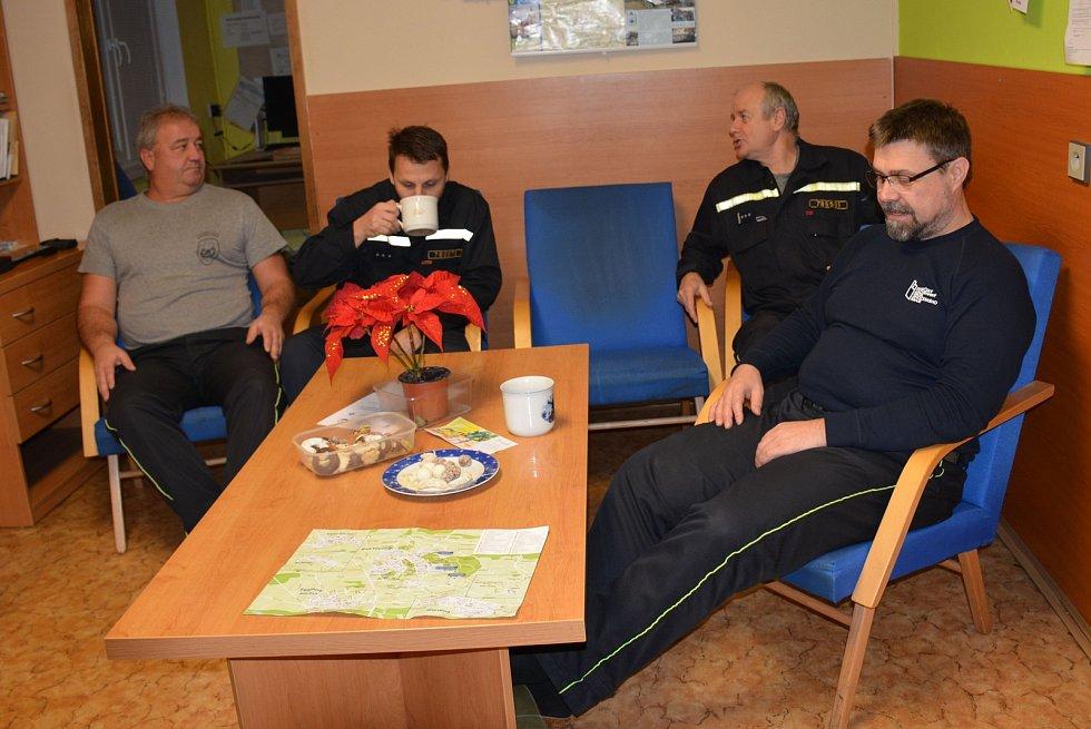 Během noci z 24. na 25. prosince nedošlo ve vodňanském okrsku k žádným nehodám. Všichni jsme byli hodní. Proto si i muži z Hasičského záchranného sboru na požární stanici ve Vodňanech mohli pochutnat na Štědrovečerní večeři.