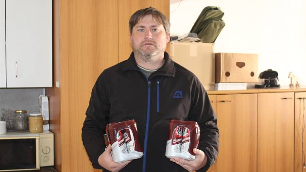 Jan Kotrba si z redakce Strakonického deníku odnesl hned dvě balení plechovkového piva Gambrinus.