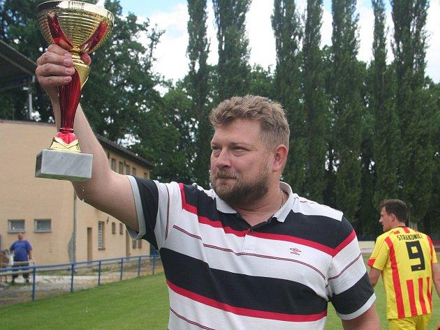 Trenér Luděk Cimrhanzl při oslavách prvenství v I. B třídě.