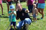 Letní den zpestřily v Hošticích u Volyně soutěže pro děti i návštěva profesionálních hasičů a vojáků.