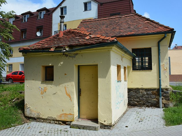 Na místě chátrajícího objektu budou pro občany vybudovány nové veřejné toalety.
