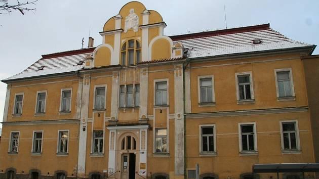 Budova někdejšího sirotčince v ulici Husova.