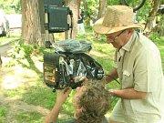 Natáčení scény z filmu Nabarvené ptáče.
