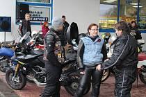 Motobobři ze Strakonic ukončili v sobotu 26. října motorkářskou sezonu a zakopali pincka.